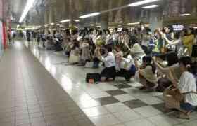 新宿駅でドゲザ!?ポスターに群がる「嵐」ファンガールが狂気めいていると話題に